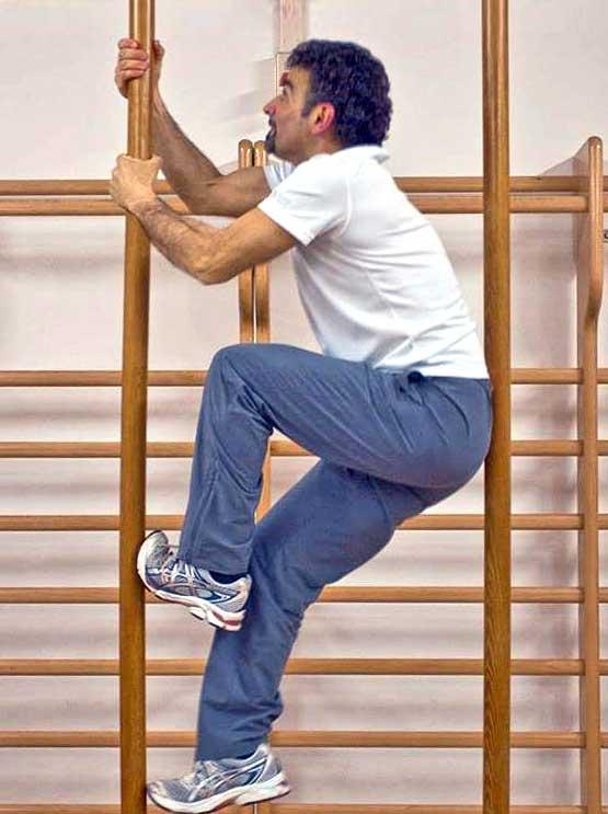 Salvatore Vonazzo, mastro di ginnastica mostra esercizio della pertica
